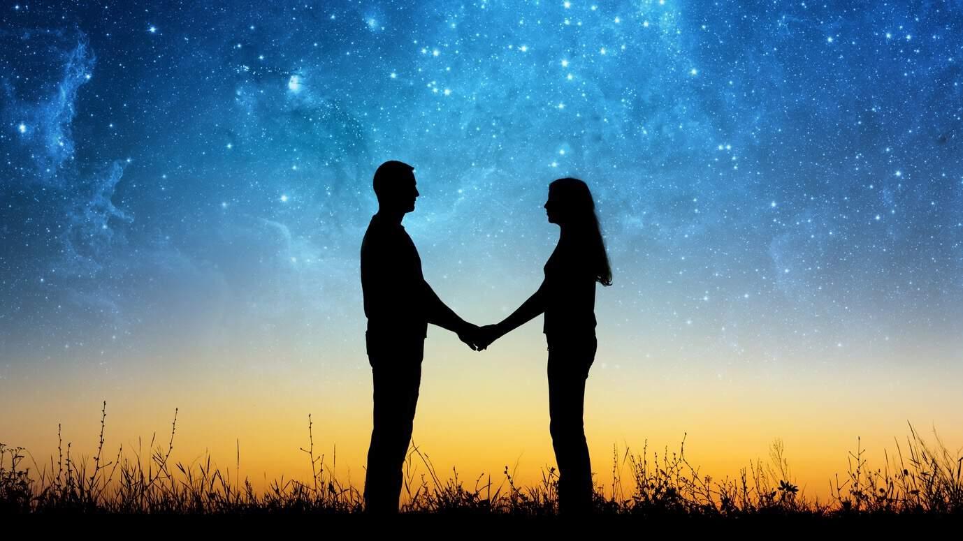 близнецовое пламя, двое держатся за руки, встреча близнецовых пламен